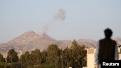 Khói bốc lên từ các doanh trại quân đội trong vùng núi Jabal al-Jumaima sau một vụ không kích gần thủ đô Sana'a 30/3/15