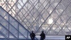 Polisi berjaga-jaga di luar museum Louvre di Paris, 3 Februari 2017.