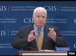 麦凯恩参议员详述对亚太战略看法 (美国之音张蓉湘拍摄)