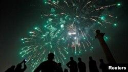 Masyarakat di Karachi menyaksikan kembang api malam Tahun Baru 2017.