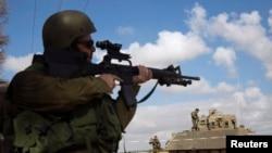 Izraelski vojnik nadomak južnog dela Pojasa Gaze, 17. jula 2014.