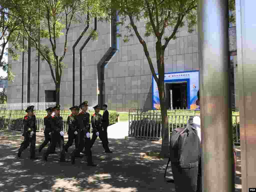 武警在会场外列队走过。(美国之音叶兵 艾伦拍摄)