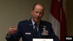 美国国防部负责亚太军事事务的副主任、空军准将戴维·史迪威。(美国之音黎堡拍摄)