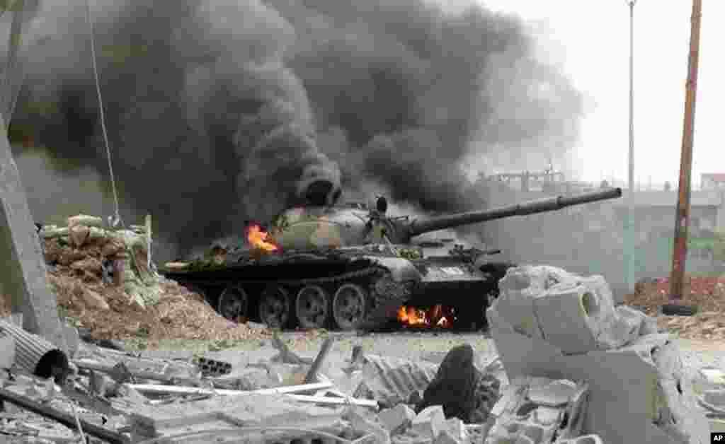 2013年9月18日,在大马士革郊区,叙利亚自由军与政府军交火。