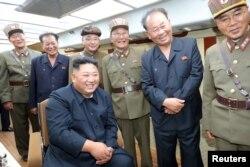 金正恩观看了朝鲜8月10日的导弹试射(朝中社8月11日刊登)。