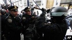11月17日纽约的警察围住一名示威者