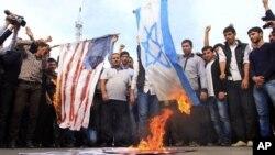 지난달 28일 미국과 이스라엘 국기를 태우는 아제르바이잔의 무슬림 시위대. (자료 사진)
