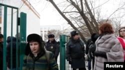 2月3日在莫斯科郊外的一所高中,一名学生把同学扣为人质后,俄罗斯内政部人员把人们疏散。