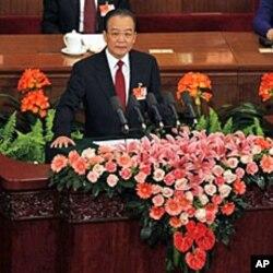 ນາຍົກລັດຖະມົນຕີ Wen Jiabao ກ່າວຄໍາປາໃສ ຕໍ່ກອງປະຊຸມຫລວງ ປະຈໍາປີ ຂອງສະພາປະຊາຊົນຈີນ ເມື່ອວັນທີ 5 ມີນາ 2011.
