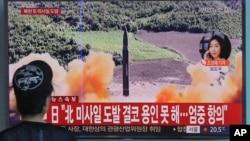 2017年9月韩国电视播放的朝鲜发射导弹视频(资料照片)