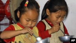유엔이 제공한 음식을 먹고 있는 북한 어린이. (자료사진)