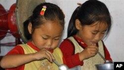 WFP 제공 음식을 먹는 북한 어린이 (자료사진)