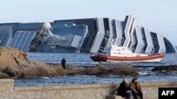 Chiếc tàu bị lâm nạn Costa Concordia nằm ngoài khơi nước Ý