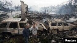 Cư dân đứng bên cạnh đống đổ nát của những căn nhà bị bão tàn phá tại Rockaways, New York