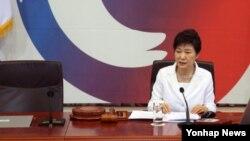 27일 청와대에서 열린 국무회의에서 박근혜 대통령 옆 국무총리 자리가 빈자리로 남아 있다.