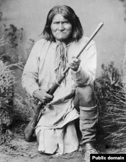 Geronimo, Chiricahua Apache leader, posing for photographer Frank A. Rinehart in1898.