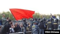 5月6日莫斯科反普京集会上,一名共产党示威者和警察 (美国之音白桦)