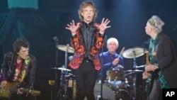 Dari kiri, Ronnie Wood, Mick Jagger, Charlie Watts dan Keith Richards dari band Rolling Stones tampil di tur 'No Filter' Europe 2017 di U Arena, Nanterre, Perancis, 22 Oktober 2017.