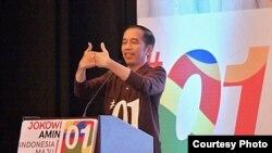 Presiden Joko Widodo memberikan arahan pada tim kampanye nasional dan daerah yang hadir di Surabaya, Minggu (28/10). (Courtesy: Agus Suparto)