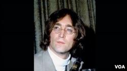 Dalam foto yang diambil pada tanggal 13 Mei 1968 ini, John Lennon tampil di sebuah jumpa pers di Hotel Americana di New York.