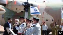 Le Premier ministre israélien Benjamin Netanyahu arrive en Ouganda, pour le 40e anniversaire d'Entebbe, avant de continuer sa route vers le Kenya, le 4 juillet 2016.