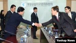 지난해 12월 개성공단 종합지원센터에서 열린 공동위 4차 회의에 앞서 남북한 대표들이 악수하고 있다. (자료사진)