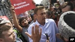 Alexei Navalny (centro) na Praça Pushkinskaya.