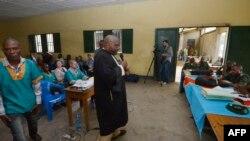 Bosambisami bwa bato ba boloko na ndako ya kobomba bato ya Ndolo, Kinshasa, 4 février 2014.