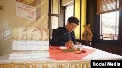 Tiến sĩ Nguyễn Xuân Diện tại buổi giới thiệu sách Đường thi Quốc âm. (Ảnh: Facebook Nguyễn Xuân Diện)