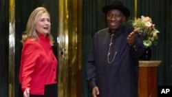9일 나이지리아 대통령 관저를 방문한 힐러리 클린턴 미 국무장관(왼쪽)과 굿럭 조나단 나이지리아 대통령.