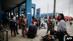Los migrantes venezolanos esperan para ingresar a Perú, en las instalaciones del CEBAF (Centro de Atención Fronteriza Binacional) en Tumbes, Perú,