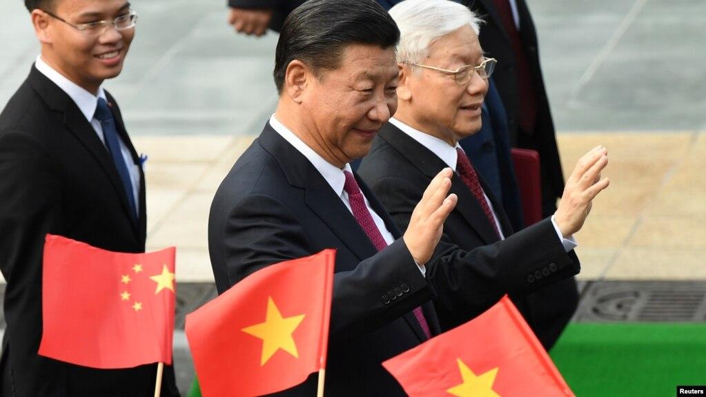 越共總書記阮富仲在河內迎接到訪的中國國家主席習近平。 (2017年11月12日)