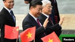 越共總書記阮富仲在河內迎接到訪的中國國家主席習近平。(2017年11月12日)