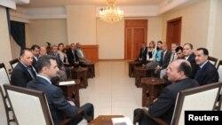 Presiden Suriah Bashar al-Assad (kiri) bersama Shukri Bin Suleiman Harmasi (kanan) dan delegasi Tunisia saat berkunjung di Damaskus (23/5).