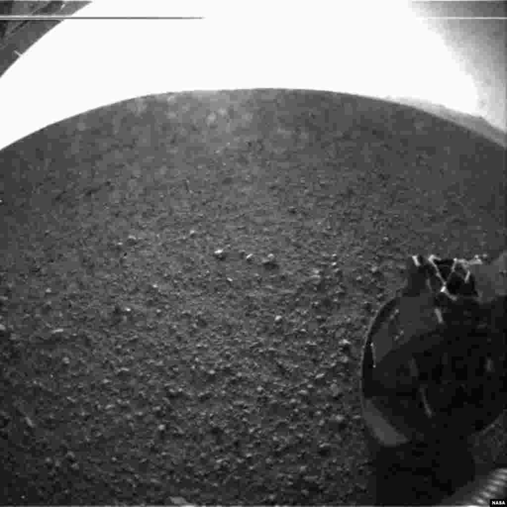 Fotografía del terreno marciano desde el Curiosity a través de un objetivo de ojo de pez.