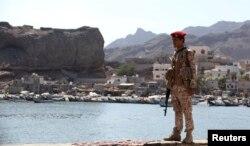 지난 13일 예멘 아덴에서 정부군 군인이 시장 입구를 지키고 있다.