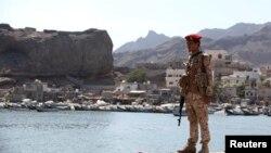 یمن کی بین الاقوامی حمایت یافتہ حکومت کا ایک اہلکار عدن شہر کے مچھلی بازار کے نزدیک تعینات ہے۔ (فائل فوٹو)