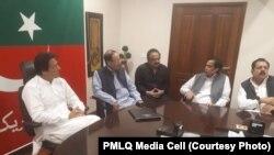 پاکستان مسلم لیگ کیو کے چوہدری برادران عمران خان سے ملاقات کر رہے ہیں۔ فائل فوٹو