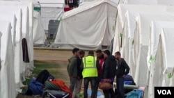 Migrantlar Avstriyadagi palatkali lagerda