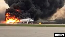 Un avión de pasajeros incendiándose tras aterrizar de emergencia en el aeropuerto Sheremetyevo de Moscú. Mayo 5 de 2019.