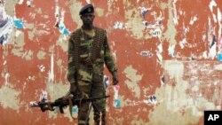 4月13号,一名军人把守在几内亚比绍国家议会大厦附近