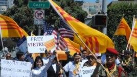 Ông Nguyễn Phú (bên phải) dẫn đầu đoàn biểu tình tuần hành trên phố San Francisco để phản đối Hà Nội và Bắc Kinh (ảnh Bùi Văn Phú)