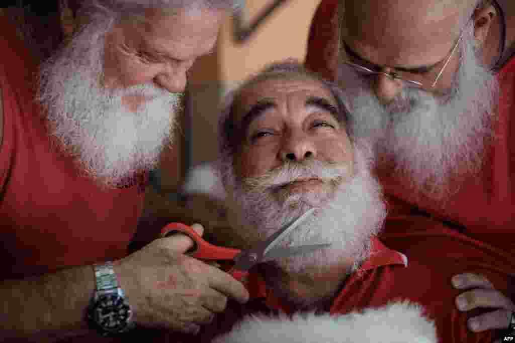 Diplomado da Escola de Pais Natais do Rio de Janeiro, no Brasil, apara a sua barba.