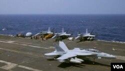 Chiến đấu cơ F-18 đáp xuống hàng không mẫu hạm USS Carl Vinson sau cuộc tuần tra ở Biển Đông ngày 3/3/2017.