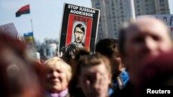 Kiyevda Rossiyaga qarshi o'tkazilgan namoyishda Vadimir Putin Adolf Gitler qiyofasida ko'rsatildi, 23-mart, 2014-yil.