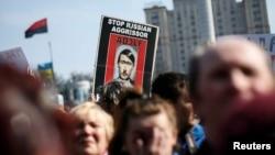 乌克兰基辅独立广场的抗议者把俄罗斯总统普京的头像改成希特勒状。(2014年3月23日)