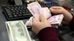 Wata mata a Turkiya ta na musayar Lirar Turkiya da dalar Amurka kafin dalar da kara tsada
