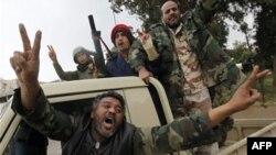 Người biểu tình ăn mừng sau khi chiếm quyền kiểm soát thành phố Zawiya ở phía Tây Libya, ngày 27/2/2011