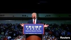 Capres Partai Republik AS Donald Trump berkampanye di Daytona Beach, Florida Rabu (3/8).