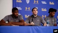 중국 백화점에서 물건을 훔친 혐의로 구금됐다 풀려난 미 UCLA 농구선수들이 15일 기자회견을 열고 잘못을 인정한다고 밝혔다. 왼쪽부터 코디 라일리, 잴런 힐, 리안젤로 볼.